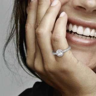 Prsten s okruglim svjetlucavim kamenom