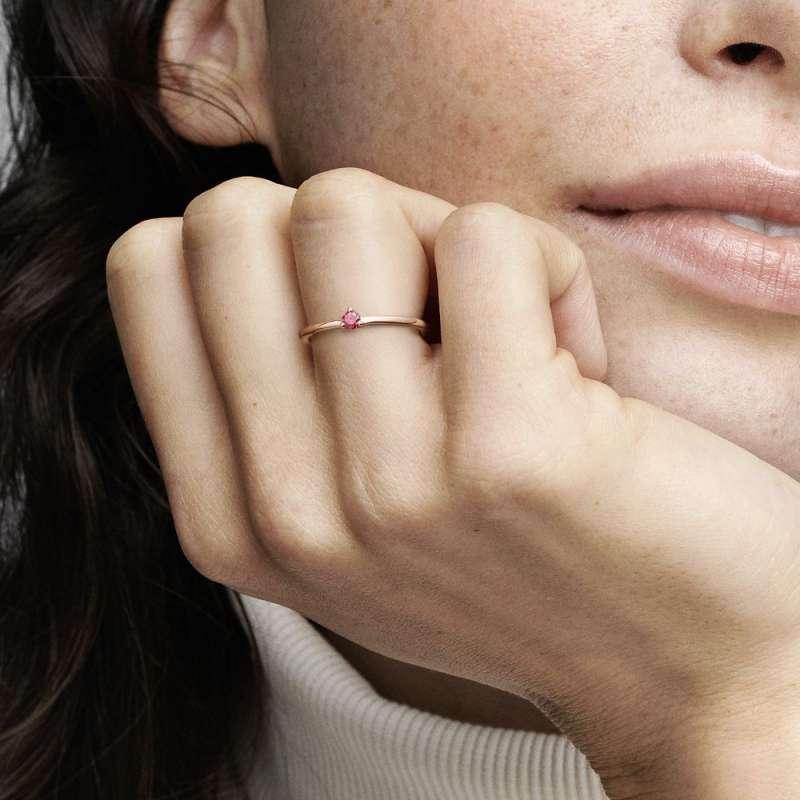 Prsten s crvenim kamenčićem
