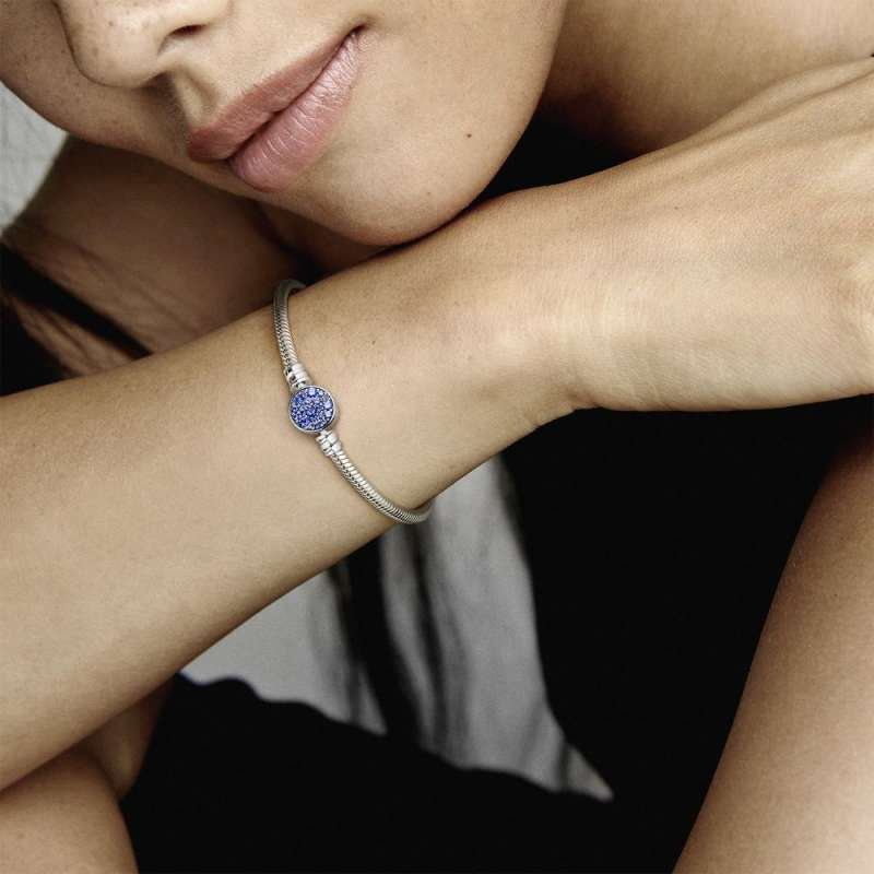 Narukvica Pandora Moments sa zmijskim vezom i kopčom Blistava plava pločica